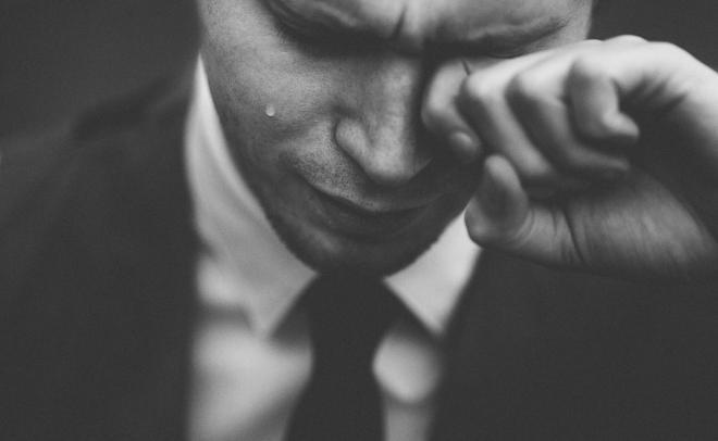بالصور رجل يبكي , دموع الرجال غالية 3476 11