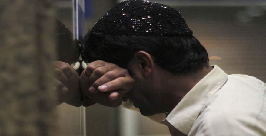 بالصور رجل يبكي , دموع الرجال غالية 3476 6