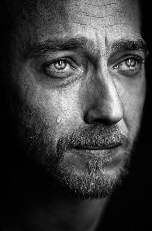 صوره رجل يبكي , دموع الرجال غالية