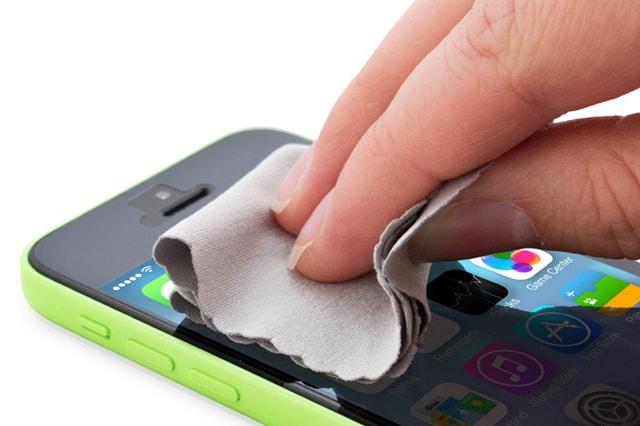 صورة تنظيف الهاتف , لن تتخيل ماذا كيف تؤثر الاتربة في هاتفك!