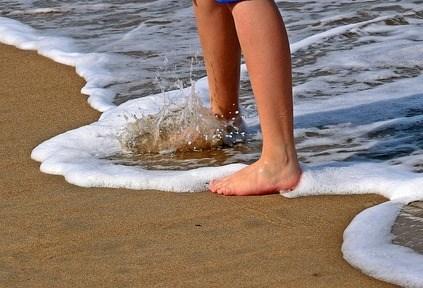 صورة تفسير حلم المشي بدون حذاء للعزباء , تفسير حلم حافي القدمين للعزباء